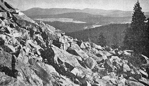 Knížecí Pláně, jak jsou vidět z hory Luzný, v pozadí za nimi Boubín a Bobík