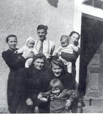 Na Tremlově pile někdy za války s maminkami z okolí ještě jako student
