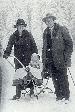 Rodiče s jeho malou ještě sestrou