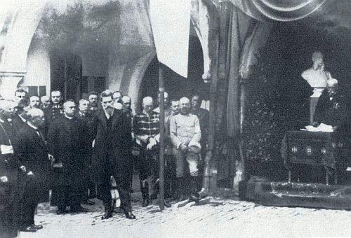 Franz Khemeter hovoří před bystou císaře Františka Josefa I. k jeho narozeninám 18. srpna 1915