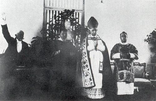 Na nejasném, o to však vzácnějším snímku ze 17. listopadu 1911 otevírá starosta Khemeter (vlevo)     městskou nemocnici, s mitrou vidíme napravo od něho před bystou císařovou budějovického biskupa Hůlku