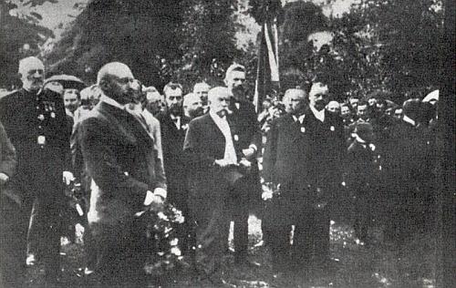 Při odhalení památníku padlým na krumlovském Rozsypu roku 1908 je Khemeter     ten uprostřed s cylindrem v ruce - dvě světové války měly teprve přijít