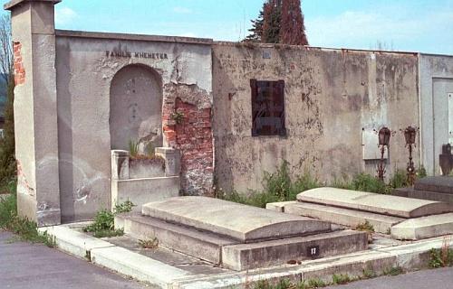 Hrobka rodiny Khemeterovy v Českém Krumlově na snímku, který pořídil v květnu roku 1983 Dr. Othmar Hanke