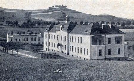 Novostavba českokrumlovské nemocnice z roku 1911 - v pozadí Křížová hora čili Křížový vrch