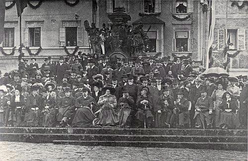 Honorace města včetně rodiny knížete Schwarzenberga na tribuně před mariánským sloupem při jubilejních oslavách 1909