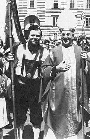 V kroji s kardinálem Franzem Königem ve Vídni roku 1977