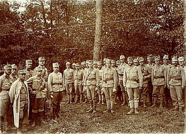 Na tomto snímku vyznamenaných vojáků z Haliče v srpnu roku 1915 z jeho pozůstalosti je kromě Kiesswettera údajně zachycen iJaroslav Hašek