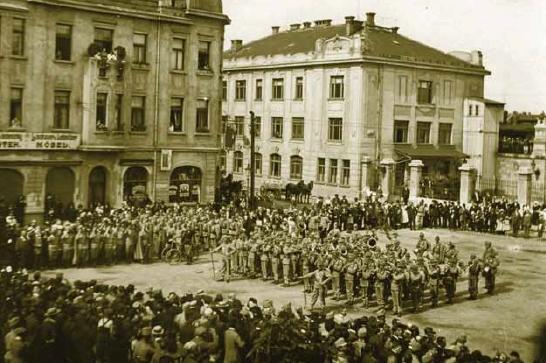 Plukovní kapela 91. pěšího regimentu před českobudějovickým nádražím 1. srpna 1914