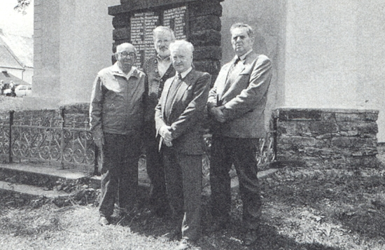 U památníku padlých v Záblatí stojí druhý zleva, vedle něho prvý zleva Václav Rossa