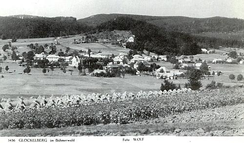 """Zvonková """"na Šumavě"""" ještě s obdělanými poli v popředí, na jiném snímku Josefa Wolfa"""