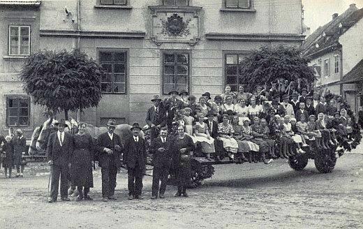 Vzácný snímek z kaplických dožínek v roce 1937 zachycuje budovu školy dosud s pamětní deskou Kindermannovou