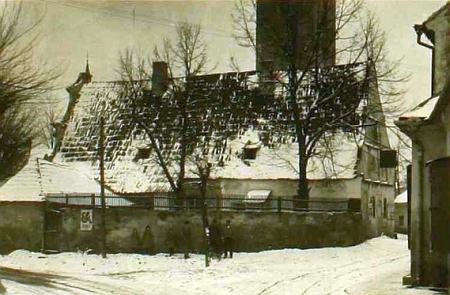 Jiné dva vzácné snímky Kindermannovy staré školy v Kaplici před jejím odstraněním v roce 1926     zůstaly uchovány v obecní kronice (městem se Kaplice stala až roku 1936)