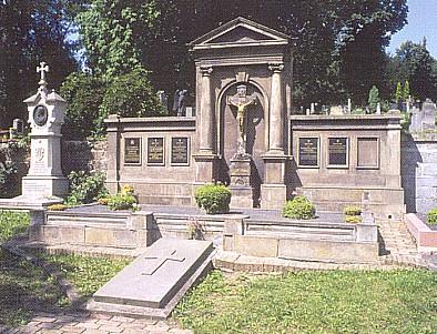 Hrob v Litoměřicích a deska na něm s biskupovým jménem