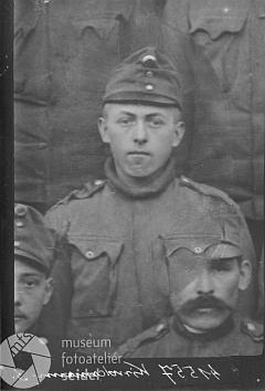 """Je to on, ten voják v císařském munduru na snímku, který dala 10. září 1916 ve fotoateliéru Seidel pořídit Aloisia Kindermannová z """"Dlouhého Mostu"""" čp. 12?"""