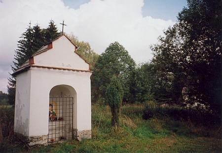 Obnovená kaplička při rodné vsi