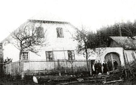 Dům čp. 3/4 v Perlovicích a před ním zleva synové Otto, Fritz, matka Therese, Johann jako voják a otec Friedrich