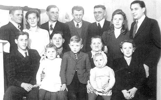 Rodina Kindermannova po odsunu na snímku pořízeném v roce 1949 v Pasově - Gustav je na něm zachycen stojící třetí zleva