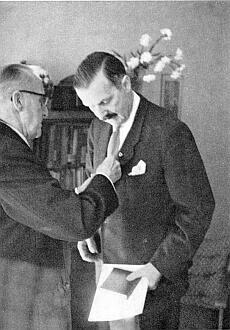 Dr. Rudolf Lodgman von Auen uděluje roku 1958 Ferdinandu hraběti Kinskému Lodgmanovu plaketu