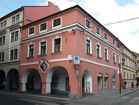Rodný dům na rohu Hroznové a Krajinské ulice vČeských Budějovicích