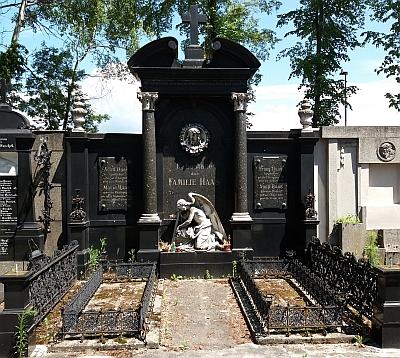Hrobka lékárnické rodiny Haasovy sousedí na hřbitově u sv. Otylie v Českých Budějovicích s hrobkou Taschekových