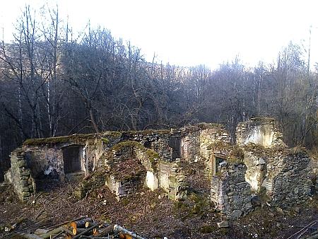 Ruiny boletické školy a hospodářský dvůr na snímcích z roku 2017