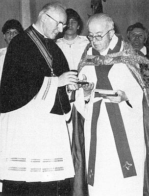 """Prelát Johannes Barth mu jako prvému vůbec předává roku 1985 stříbrnou medaili k jubileu budějovické diecéze s podobiznou svatého biskupa Neumanna a s nápisem """"Für Glaube und Heimat"""""""