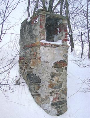 Jihovýchodně od rodného Stěžerova stojí dodnes trosky této výklenkové kaple
