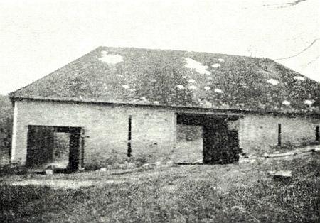 Zbytek rodného domu ve Stěžerově čp. 2: stodola je tu zachycena směrem ode dvora na snímku, pořízeném vroce1972