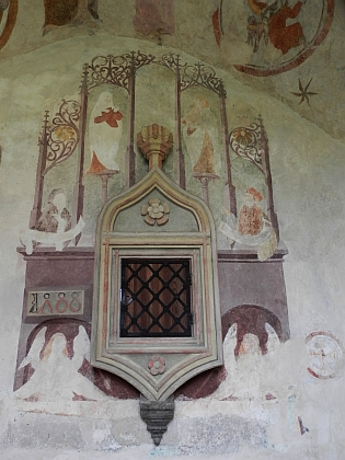 Svatostánek na severní straně kněžiště kostela v Polné z roku 1488