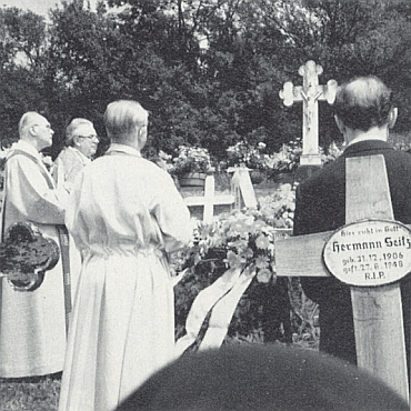 Nad jeho čerstvým hrobem stojí prvý zleva Johannes Barth a třetí zleva obrácen k nám zády Franz Irsigler