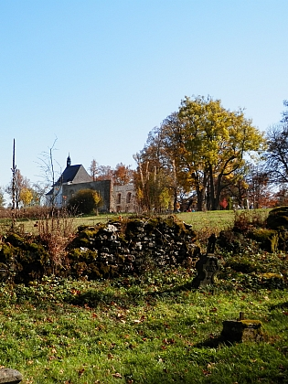 Pohled na kostel od hřbitova