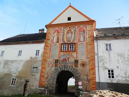 Brána do vyšebrodského kláštera - v roce 2014 byly pod zelenou barvou, kterou byl klášter natřen během 2.světové války, odkryty nádherné renesanční fresky