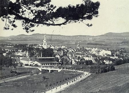 Kaplice na pohlednici z třicátých let minulého století, kdy se narodila v blízkém Stradově, který je s Omlenicí vidět za městem spíše od středu napravo