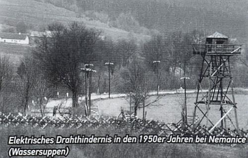 Takto vypadala zadrátovaná hranice u Nemanic v padesátých letech dvacátého století