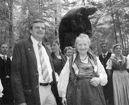 S Güntherem Hansem u památníku vyhnanců v Lackenäuser pod Třístoličníkem, který je jejím dílem...