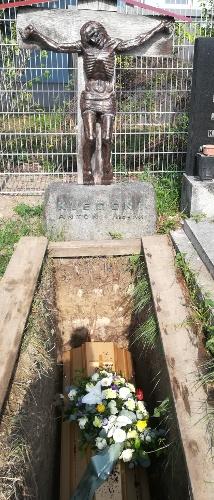 Její rakev v ještě otevřeném hrobě na hřbitově vídeňské městské části Inzersdorf 14. srpna 2020