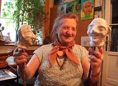 Jako průkopnice arteterapie a zdatná pětaosmdesátnice ve svém vídeňském bytě vBuchengasse ve čtvrti Favoriten roku 2013