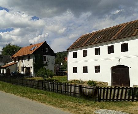V mezeře mezi těmito domy stával rodný dům Klementův (viz i Magda Maria Kernová)