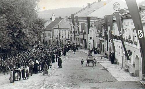 I takto vypadal rok 1938, kdy byla psána jeho vzpomínka, v Horní Plané: útvar wehrmachtu, pochodující po hornoplánském náměstí