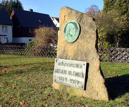 Pamětní kámen v rodném Bärensteinu s portrétním reliéfem