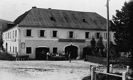 """Hostinec """"Zur Moldau"""" v Bližší Lhotě (Vorderstift), zmíněný v jeho textu, na pohlednici Josefa Seidela"""