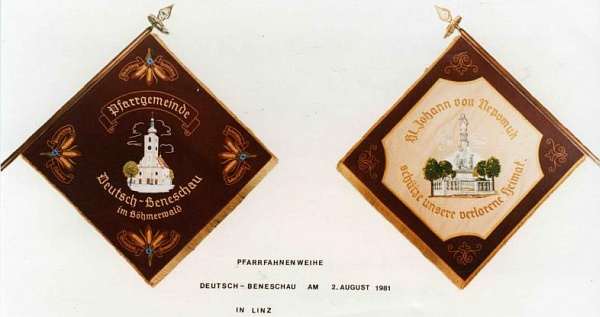 """Farní korouhev Německého Benešova na pozvánce k jejímu vysvěcení v roce 1981 má na rubu prosbu ke sv. Janu Nepomuckému, aby chránil """"náš ztracený domov"""""""