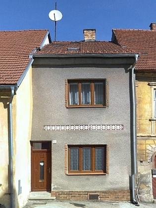 Takto dnes vypadá uzoučký dům jeho babičky (ajeho rodný) čp. 169 v Benešově nad Černou hned vedle kostela sv. Jakuba