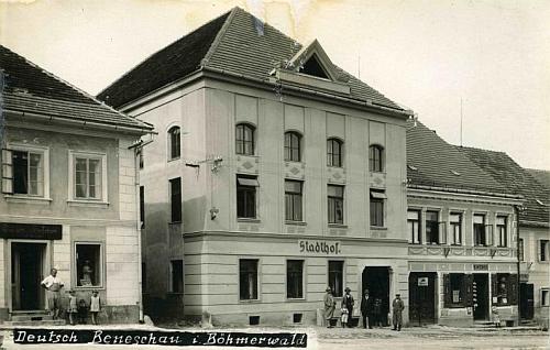 """Benešovský hostinec """"Stadthof"""", který patřil rodičům a kde vyrůstal - třeba je to on, ten malý chlapec ve skupině před domem"""