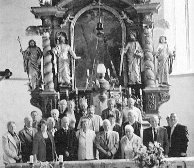 Na dvou snímcích z prohlídky kostela sv. Ondřeje vRychnově nad Malší je zachycena se svými přáteli