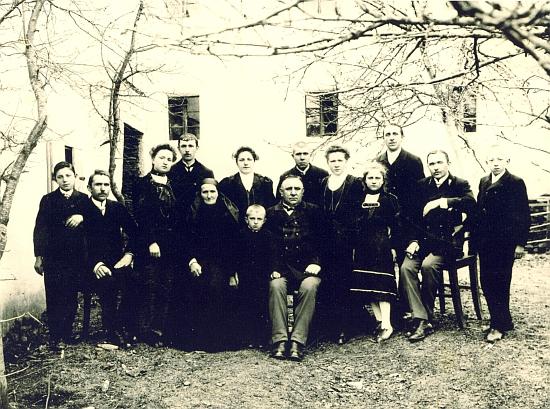 Vzácný snímek rodiny Kletzenbauerových kolem něho a jeho ženy Johanny seskupené na dvoře statku v Močeradech