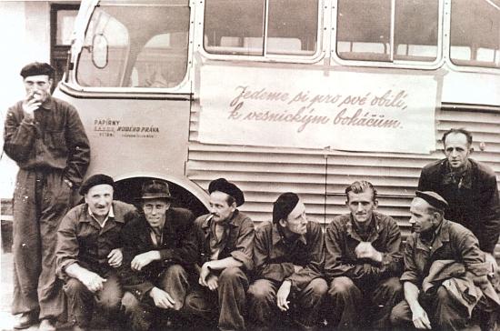 Tento snímek z roku 1951 zachycuje před autobusem papíren z Větřní brigádu dobrovolníků vypravenou na žňové práce někam do okolí Vyššího Brodu