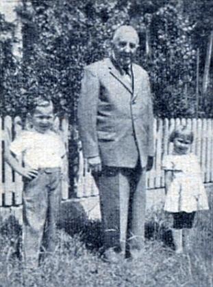 Jeho syn, někdejší poslanec Adalbert Kletzenbauer, se dvěma svými vnuky