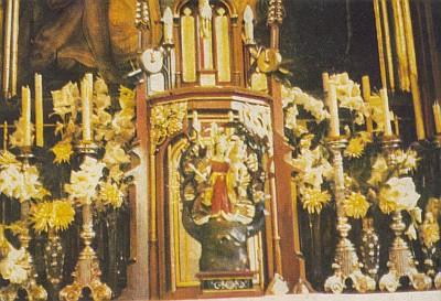 Na hlavním oltáři farního kostela sv. Tomáše v Nýrsku stojí před svatostánkem soška Matky Boží z Červeného Dřeva (viz i Anton Haas)