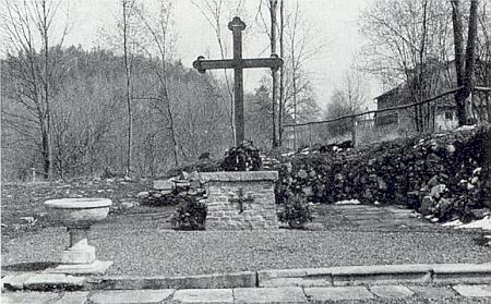... někdejší oltářní prostor kostela vyplňuje čtyři metry vysoký kříž z dubového dřeva, křtitelnice a v roce 1993 vyzděný mešní stůl, u kterého se konala 3. září 1994 první bohoslužba od vyhnání